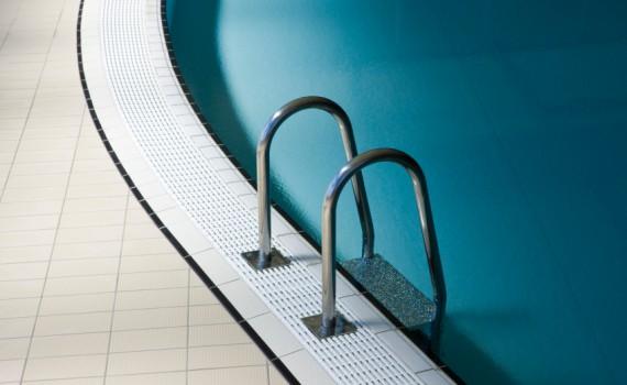 Лестницы, поручни , ограждения, мостики из нержавейки и стекла  для бассейнов.